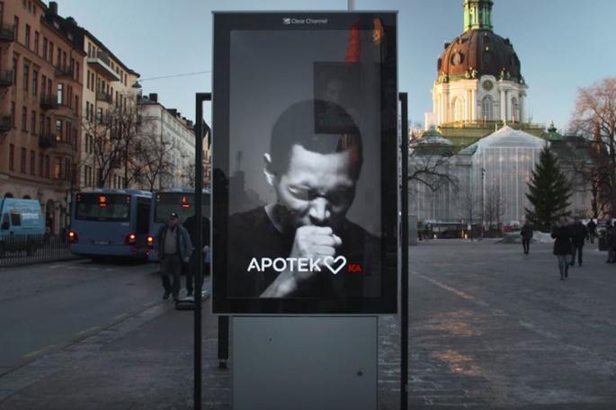 7787050852_ce-panneau-publicitaire-tousse-des-qu-un-fumeur-s-approche-avec-sa-cigarette