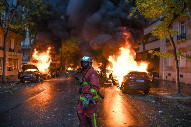 pompier-devant-voitures-feudes-manifestations-gilets-jaunes-samedi-1er-decembre-Paris_0_1399_933